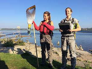 Living Lakes Canada representatives Heather Leschied and Raegan Mallinson describe proper ...  	© WWF-Canada